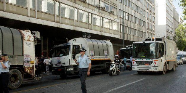 Συγκέντρωση διαμαρτυρίας ΠΟΕ - ΟΤΑ έξω από το υπουργείο