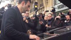 Πιανίστας παίζει το Imagine του Λένον έξω από το