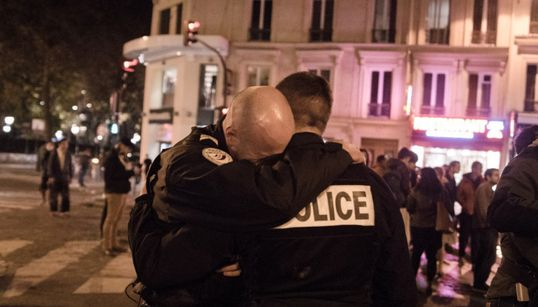 Παρίσι: Η συγκίνηση δύο αστυνομικών μπροστά στην εικόνα φρίκης που άφησαν πίσω τους οι