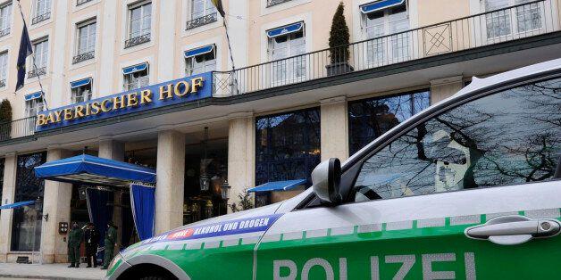Ein Polizeifahrzeug steht am Freitag, 5. Februar 2010, vor dem Hotel Bayerischer Hof, in Muenchen, Bayern....