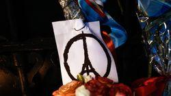 Αθηναίοι αφήνουν λουλούδια και μηνύματα συμπαράστασης στη γαλλική πρεσβεία- Το δημαρχείο Αθηνών στα χρώματα της γαλλικής