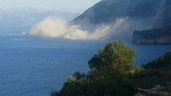 Σεισμός Λευκάδα: Βράχοι πέφτουν στην παραλία Εγκρεμνοί και σύννεφο σκόνης καλύπτει τα