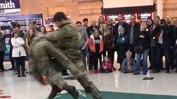 Επίδειξη πολεμικών τεχνών από επίλεκτη ομάδα Royal Marines μέσα στο σταθμό