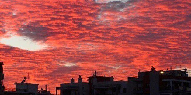 Ο ουρανός από την Αθήνα έως τη Νέα Υόρκη «βάφτηκε» κόκκινος και όλοι άρχιζαν να κοιτάζουν