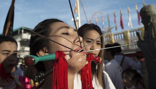 Συμβαίνει στη Ταϊλάνδη σε φεστιβάλ χορτοφαγίας: Piercing με σπαθιά,βελόνες όπλα και