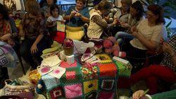 Οι γυναίκες της Ισπανίας πλέκουν κουβέρτες για να ζεστάνουν τους Σύριους εν όψει του βαρύ