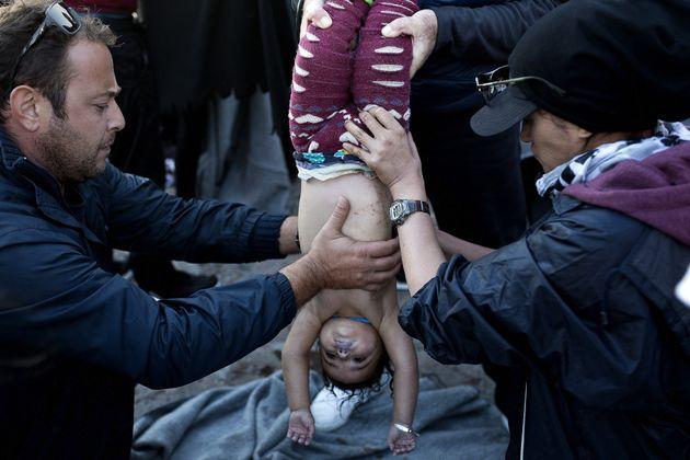 Θάνατος και ανείπωτος πόνος στη Μυτιλήνη, Σάμο και Κω. Δεκάδες αγνοούμενοι και νεκροί πρόσφυγες ενώ οι...