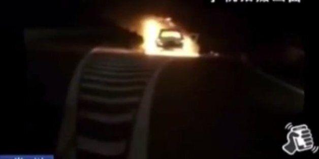 Γενναίος άνδρας απεγκλωβίζει οικογένεια από φλεγόμενο αυτοκίνητο δευτερόλεπτα πριν