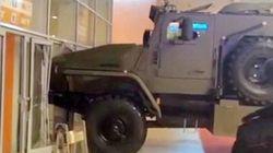 Ρωσίδα επιχείρησε να κλέψει τεθωρακισμένο όχημα και το κάρφωσε σε
