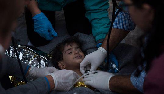 «Αναίσθητα παιδιά στην αγκαλιά των γονιών τους»: Μαρτυρίες ανθρώπων που βρέθηκαν δίπλα στους πρόσφυγες στο χειρότερο