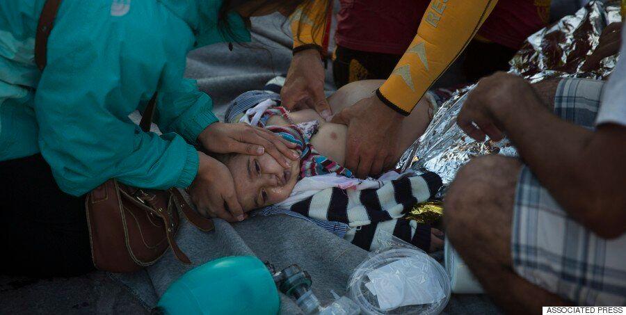 «Αναίσθητα παιδιά στην αγκαλιά των γονιών τους»: Μαρτυρίες ανθρώπων που βρέθηκαν δίπλα στους πρόσφυγες...