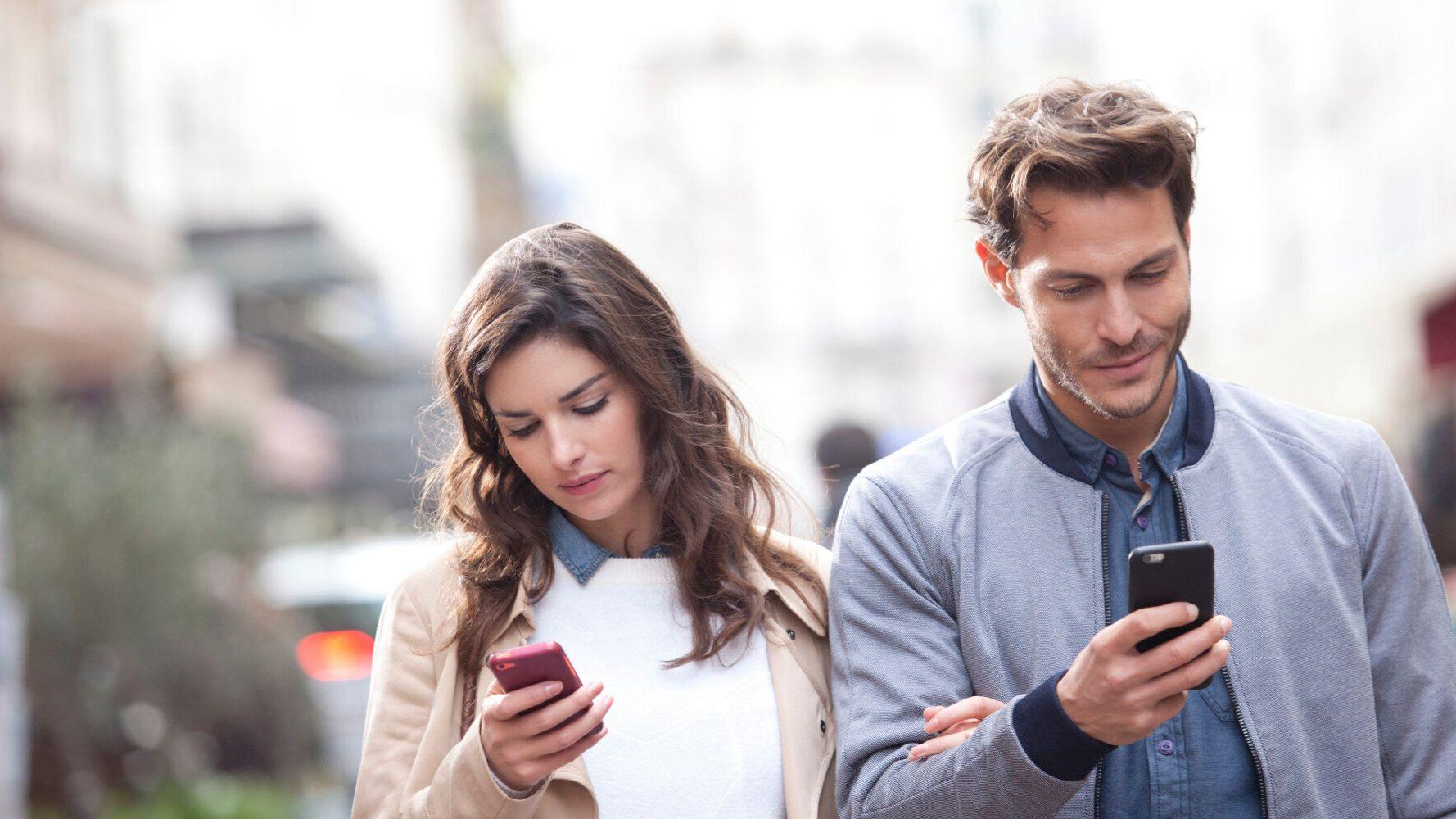 Αφήστε κάτω το κινητό σας, μπορεί να βλάπτει τη σχέση σας | HuffPost Greece  LIFE