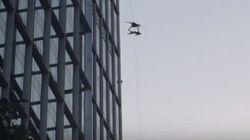 Θα σας πιάσει ίλιγγος: Δύο χορευτές κάνουν μπαλέτο έξω από τα παράθυρα ενός