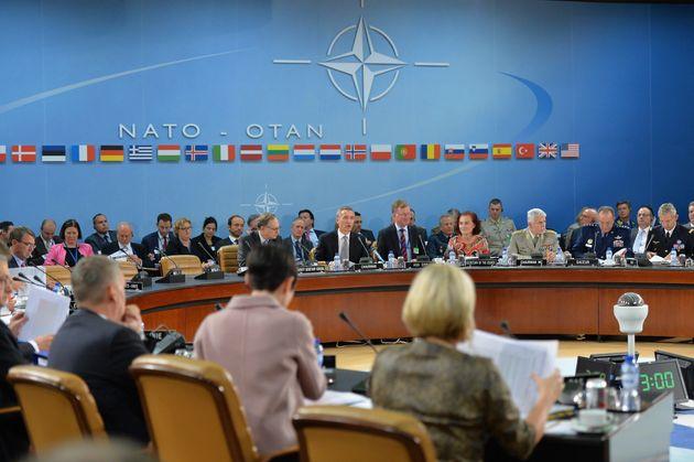 Η Ρωσία προκαλεί το ΝΑΤΟ που βρίσκεται αντιμέτωπο με τη μεγαλύτερη πρόκληση μετά τον Ψυχρό Πόλεμο.Οι...