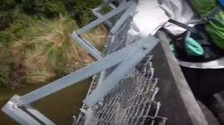 Τρομακτικό βίντεο: Γέφυρα καταρρέει την ώρα που τη διασχίζουν τέσσερις Γάλλοι στη Νέα