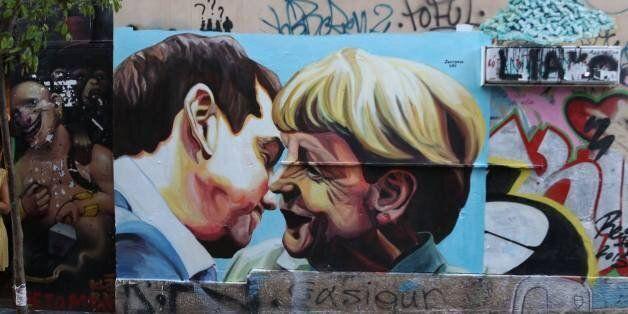 Όταν ο Τσίπρας φίλησε τη Μέρκελ: Ένα διαφορετικό γκραφίτι στους δρόμους της