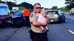 Η φωτογραφία που συγκίνησε το διαδίκτυο: Ο αστυνομικός με το μωρό στην αγκαλιά του μετά από ένα τρομακτικό