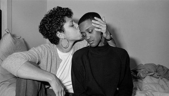 Η φωτογράφος που έκανε αποστολή της ζωής της να απαθανατίσει τη μακροχρόνια αγάπη των gay