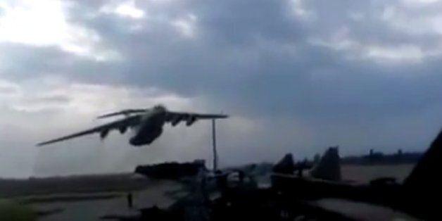 Αεροπλάνο περνά ξυστά πάνω από τα κεφάλια τους επειδή ο πιλότος ήθελε να τους κάνει