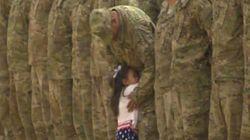 Δίχρονο κορίτσι σταματά επίσημη τελετή υποδοχής για να αγκαλιάσει τον στρατιωτικό πατέρα