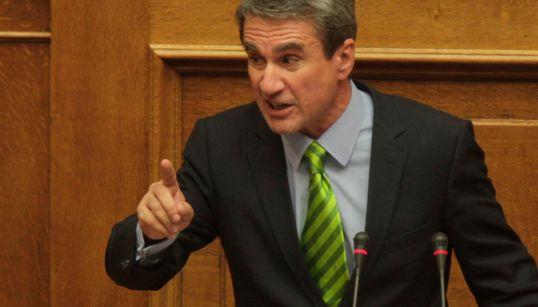Όσα κατέγραψε ο φακός στη Βουλή: Η «παπαγαλί» γραβάτα του Λοβέρδου και οι εντυπωσιακές