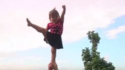 Η μόλις δύο χρονών μαζορέτα που μαγεύει το διαδίκτυο από το σπίτι