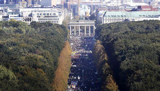 Πάνω από 150.000 άνθρωποι διαδήλωσαν στο Βερολίνο κατά της Διατλαντικής Εμπορικής Συμφωνίας