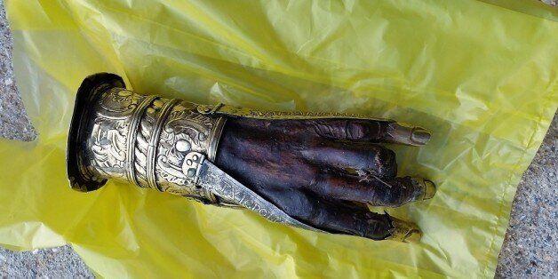 Ρουμάνοι ιερείς πίσω από την κλοπή του λειψάνου του Αγίου Χαραλάμπου: Άνοιξε την προθήκη με