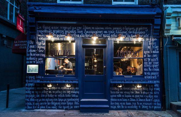 Suvlaki: Το σουβλατζίδικο στο Σόχο του Λονδίνου που δίνει στην ελληνική κουζίνα τη θέση που της