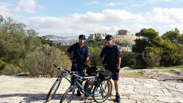 Αστυνομικοί με ηλεκτρικά ποδήλατα μάχονται το
