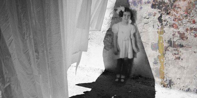 Για χρόνια πλάγιαζα νωρίς: Tο λευκό σεντόνι γίνεται καμβάς για ένα ονειρικό video