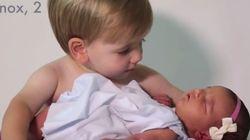 Έξι αδελφάκια υποδέχονται στο σπίτι την νεογέννητη αδελφούλα τους - «Είναι τόσο μικρή, την