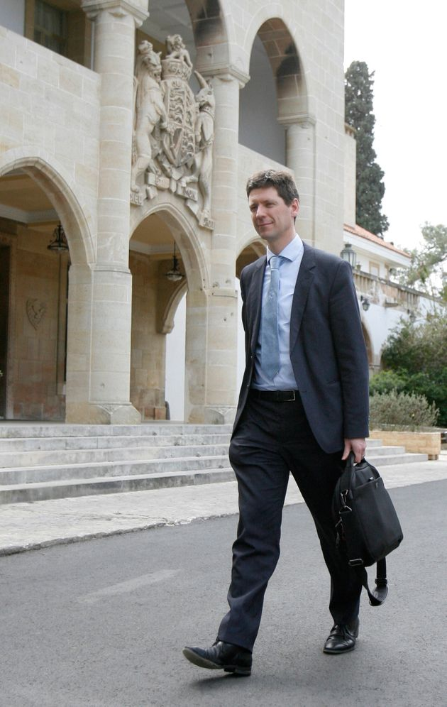 Guardian: Ιδού ο πραγματικός πρωθυπουργός της Ελλάδας - Ο κουστουμάτος Ολλανδός με τις