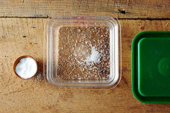 8 έξυπνοι τρόποι για να καθαρίσετε στην εντέλεια τα τάπερ σας από λεκέδες και
