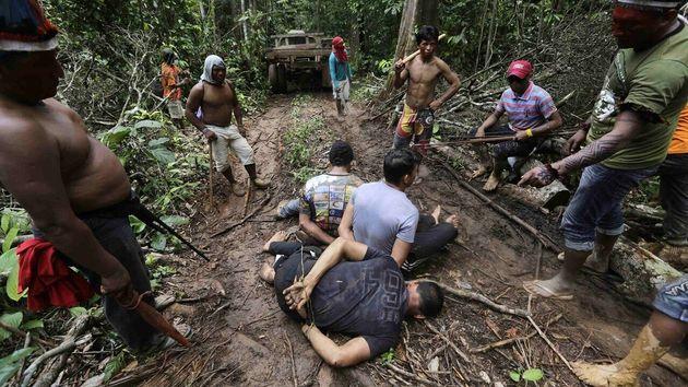Στον Αμαζόνιο μια φυλή μάχεται σώμα με σώμα για τα τροπικά δάση. Με βέλη, τόξα, κάμερες και GPS και ζητά...