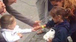 Δύο στιγμιότυπα από την υποδοχή των προσφύγων σε Σερβία και Γερμανία συγκίνησαν τους χρήστες του