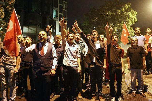 Αιματηρό πογκρόμ εθνικιστών κατά Κούρδων ενώ η Τουρκία φαίνεται να μπαίνει σε τροχιά