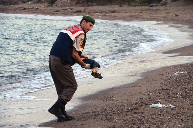 #KiyiyaVuranInsanlik: Η ανθρωπιά ξεβράστηκε στην ακρογιαλιά – Η φωτογραφία του νεκρού αγοριού στα τουρκικά...