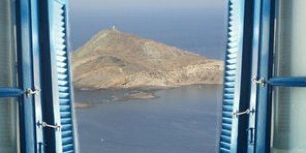 Αγκαλιάζοντας την απλή ζωή σε ένα ελληνικό νησί εν μέσω