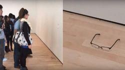 Des visiteurs ont pris cette simple paire de lunettes pour une oeuvre
