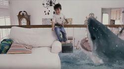Σώζει την αδερφή του από... τα σαγόνια του καρχαρία στο σαλόνι του σπιτιού