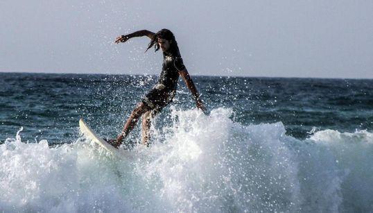 Δαμάζοντας τα κύματα στην Ικαρία. Παθιασμένοι και αρχάριοι surfers μετατρέπουν τη σανίδα τους σε μαγικό