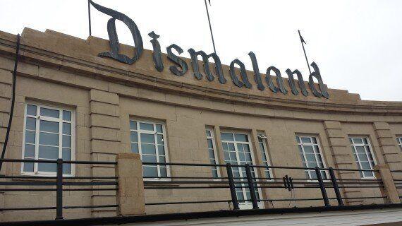 Το επίσημο trailer για τη Dismaland του Banksy που μας θυμίζει γιατί είναι από τους σπουδαιότερους καλλιτέχνες...