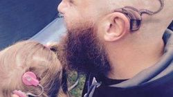 Πόση αγάπη κρύβεται πίσω από μια πράξη; Έκανε τατουάζ το κοχλιακό εμφύτευμα της κόρης