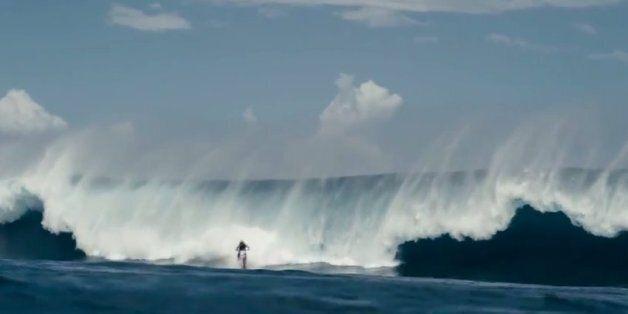 Ο Αυστραλός κασκαντέρ που δαμάζει τα κύματα με το μηχανάκι