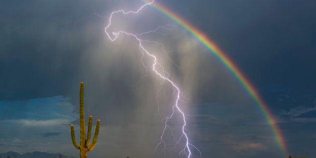Όταν η φύση ζωγραφίζει: Αστραπή και ουράνιο τόξο στην ίδια