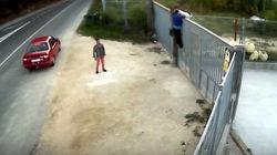 Προσπαθεί να ξεφορτωθεί το σκύλο του ρίχνοντας τον από φράχτη τριών