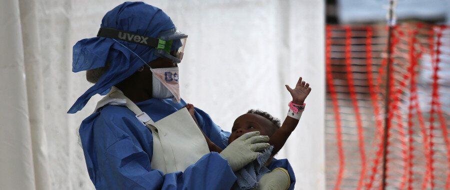 Έμπολα. Ελπίδα για πρώτη φορά από το νέο εμβόλιο. Τι λέει ο υπεύθυνος των Γιατρών Χωρίς Σύνορα που αναζητά...