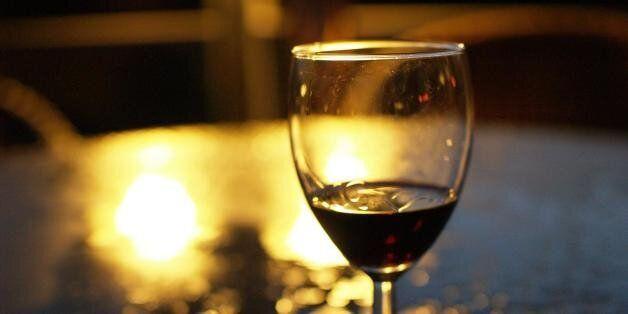 Bloomberg: Βοηθήστε την ελληνική οικονομία πίνοντας