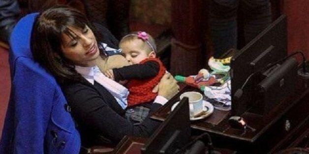 Αργεντινή: Τι και αν είναι βουλευτής; Θηλάζει το μωρό της εντός